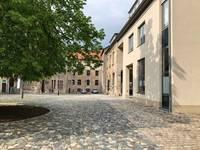 Innenhof der Stadtverwaltung mit Blick auf die Stadtbibliothek [(c) Stefanie Hahn]