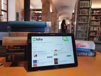 Die Stadtbibliothek bietet Abholservice und Ausleihe von eMedien an [(c): Stadtbibliothek]