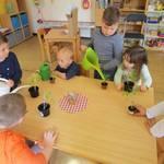 """Regenbogen-Kinder ziehen """"Pflänzchen er Hoffnung"""""""