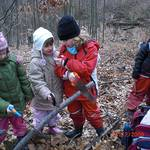 Kinder arbeiten mit Werkzeug