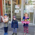 Aktionen der Kita Sonnenschein - Yven, Paul und Haily vor dem Haus Pawlow