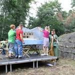 Gemeinsam mit Dr. Ute Pott, Leiterin des Gleimhauses, enthüllten die Jungen und Mädchen ein Museumsmodell, das Friederike Schmidt, Praktikantin im Gleimhaus, für das Literaturmuseum gebaut hat. Foto: Ute Huch