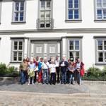 Familientreffen der Nachfahren des ersten Ehrebürgers der Stadt Halberstadt vor dem Dienstsitz des Zivilgouverneurs Anton von Klewitz, 1813 – 1816, vor den ehemaligen Kurien am Domplatz 42 und 43, Foto: Museum