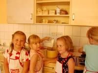 """Glückliche Ströbecker """"Sonnenschein-Kinder"""" in ihrer neuen Cafeteria."""