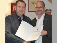 Stadtjustiziar Timo Günther (rechts) überreicht Mike Wegener die Ernennungsurkunde zum Ortsbürgermeister Sargstedts