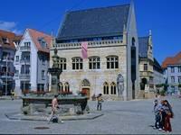 Holzmarkt mit Rathaus