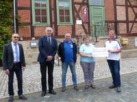 Huy-Burgen-Lauf-Verein übergibt 600-Euro-Scheck für Schachmuseum