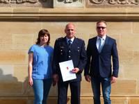Kerstin Schmieder (Abteilungsleiterin Personal), Ingo Wetzel (Abteilungsleiter Feuerwehr) und Oberbürgermeister Andreas Henke (v. l. n. r.)