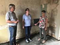 (von links) Hochbauamtsleiter Jörg Wolansky, Friedhofsleiterin Hannelore Lorenz und Stala-Chefin Ulrike Lemme besprechen die anstehenden Arbeiten zu Errichtung eines barrierefrei zu erreichenden Büros in diesem ungenutzten Lagerraum.