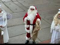 Weihnachtsmann mit Engeln