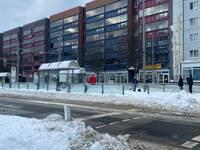 Die Haltestelle Holzmarkt wird teilweise per Hand vom Schnee befreit.