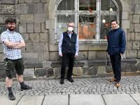 : v. l. n. r: David Neubert, Tiergartenleiter, Rüdiger Becker, Museumsdirektor des Heineanums und Oberbürgermeister Daniel Szarata vor dem Schaufenster mit den Wachtelküken