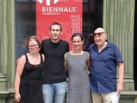 Vor dem Büro der MKH Biennale in Halberstadt, das am 25. Juli 2016 eröffnet wurde: (von links) Praktikantin Kerstin Rurainski, Tom Pürschel und Rebekka Prell vom MKH Verein sowie Kurator Dr. Peter Funken.(Theo Weisenburger)