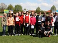 Auch Siegen will geprobt sein; die Teilnehmer mit ihren Trainern und Betreuern bereiten sich im Friedensstadion auf die Mitteldeutsche Meisterschaft am 6. Mai in Halberstadt vor.