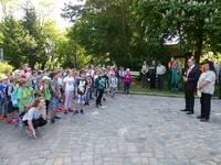 Oberbürgermeister Andreas Henke und Angela Kummert vom Betreuungsamt Flechtingen begrüßen die Mädchen und Jungen der Diesterwegschule am Eingang des Tiergartens.