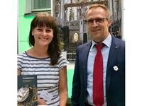 Oberbürgermeister Andreas Henke und Nicole Huhn, Mitarbeiterin der Halberstadt Information, präsentierten bei der Kultursommernacht die Schätze Halberstadts