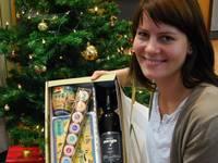 Nicole Huhn, Mitarbeiterin der Halberstädter Information, präsentiert einen individuell gefüllten Geschenkkarton.