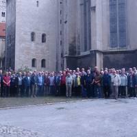 Gruppenfoto vor dem Naumburger Dom mit den 69 Teilnehmern der Feuerwehraltersabteilungen Wolfsburg und Halberstadt