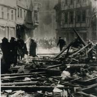 Fliehende Menschen am Mittag des 8. April 1945 in der Halberstädter Schmiedestraße (Fotograf ist unbekannt) [(c) Sammlung Städtisches Museum Halberstadt]