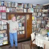 Stolz präsentiert Werner Hartmann die umfangreiche Sammlung seiner jahrzehntelangen Recherchen