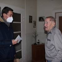 Oberbürgermeister Daniel Szarata gratuliert  Werner Hartmann zum 98. Geburtstag.