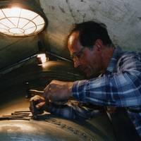 Johann-Peter Hinz arbeitet an der Glockenzier der neugegossenen Domina.