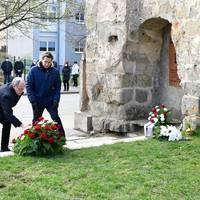 Stadtratspräsident Dr. Volker Bürger und Oberbürgermeister Daniel Szarata bei der Kranzniederlegung