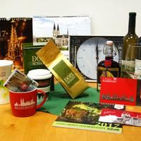 Wer ein besonderes Geschenk aus Halberstadt sucht, wird in der Halberstadt Information fündig. Ob Kalender, Bücher, Tassen oder Kaffee – das Angebot ist vielseitig.