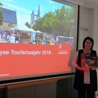 Christiane Strohschneider, Leiterin der Halberstadt Information, präsentiert neben den touristischen Fakten, Daten und Zahlen auch die neuen Druckerzeugnisse, die bereits erste Messen erfolgreich passierten