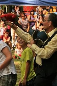 Der rote Ara sammelt die vorher verteilten Caps von den Kinderköpfen wieder ein - Foto: Peter Windhövel