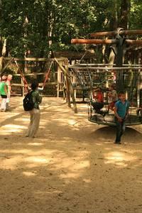 Die Kinder wollen auch so einen Kopfstand machen wie Josephine - Foto: Peter Windhövel