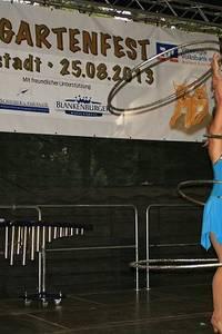Josephine mit ihren Darbietungen in Äquilibristik und danach mit HulaHoop Ringen - Foto: Peter Windhövel