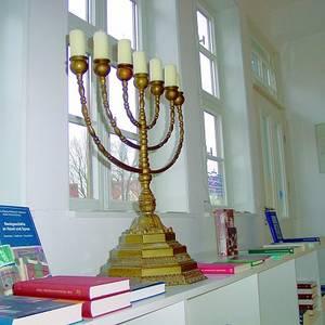 Diese  Menora siebenarmiger Leuchter gehört zu den Ausstellungsstücken im Berend Lehmann Musem. Sie ist eines der wichtigsten religiösen Symbole des Judentums und wurde bei der Staatsgründung Israels in das Staatswappen aufgenommen.