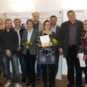 """Neben den Urkunden, Preisgeld und Blumen erhielten die Preisträger des Fassadenwettbewerbs 2011 die """"brandneuen"""" Teelichtkarten mit der Halberstadtsilhouette aus der Stadtinformation."""