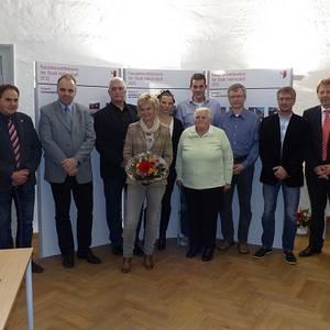 Glückliche Preisträger und Sponsoren während der Auszeichnungsveranstaltung zum Fassadenwettbewerb 2012 mit Oberbürgermeister Andreas Henke (links) und Fachbereichsleiter Jens Klaus (rechts).