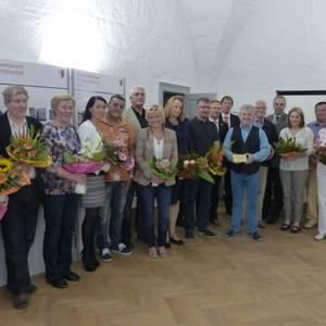 Blumen und Urkunden für glückliche Preisträger des Fassadenwettbewerbs 2013.
