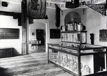 Museum, Innenaufnahme der Ausstellungen, Innungssaal und angrenzender Raum mit Pokalen der Handwerker und Zunft, Hilariuslaterne, Handwerkerfahnen, um 1910 [(c) Städtisches Museum Halberstadt]