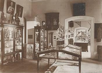 Städtisches Museum, Innenaufnahme, Kunstgewerbe Abteilung 'Teil aus der kunstgewerblichen Abteilung', Köhler&Saemann, um 1920 [(c) Städtisches Museum Halberstadt]