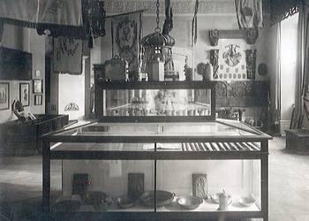 Städtisches Museum, Innenaufnahme, Innungssaal Handwerk, Hilariuslaterne Wappentafel, um 1920 [(c) Städtisches Museum Halberstadt]
