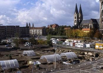Grabungsstelle im Stadtgebiet Bereich Krebsschere/Holzmarkt im Vorfeld der Neubebauung der historischen Marktplätze, Bereich Holzmarkt, um 1996 [(c) Städtisches Museum Halberstadt]