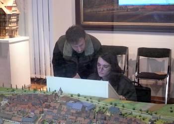 Mitarbeiter der Firma Christian Dreyer und Forth Elekrik beim Einrichten der neuen Multimediastation am historischen Stadtmodell im Städtischen Museum Halberstadt [(c) Städtisches Museum Halberstadt]