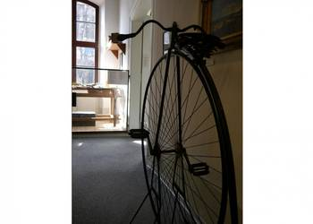 Hochrad mit gefedertem Sattel, um 1890 Das Hochrad wurde mit dem Zweck erfunden, dass man sich mit Geschwindigkeiten bis zu 40 km/h bewegen konnte. Die industrielle Fertigung in Deutschland begann Anfang der 1880er Jahre überwiegend mit dem Zusammensetzten von fertigen Teilen aus England. Bereits 1892 wurde das Hochrad von den, noch heute gefertigten, Niederrädern (Sicherheitszweirädern) vom Markt verdrängt und nicht mehr produziert. [(c) Städtisches Museum Halberstadt]