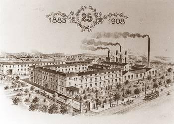 Auf dem Gebiet der Nahrungs- und Genussmittelindustrie ist der Name Heine für Halberstadt nicht wegzudenken. Friedrich Heine, in der Nähe von Magdeburg 1863 geboren, war Gründer dieser weltbekannten Fabrik. In Halberstadt bei einem Fleischer namens Sackwitz als Wurstverkäufer angefangen, grpndete er 1883 sein eigenes Geschäft. Am 23.November 1883 gab es die ersten Heineschen Würstchen. Das heutige Werk entstand 1912 und war bereits 1913 in Betrieb. [(c) Städtisches Museum Halberstadt]
