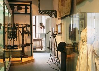 Blick in den Ausstellungsabschnitt Geschichte der Stadt Halberstadt zwischen 1830 und 1870 mit dem Brautkleid aus Ströbeck, um 1870 [(c) Städtisches Museum Halberstadt]