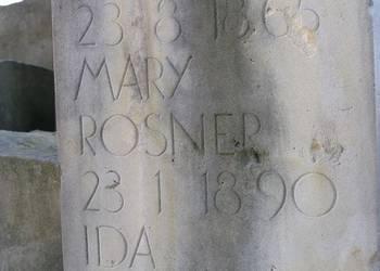 """Die Steine der Erinnerung und Verpflichtung vor dem Domportal tragen auch den Namen """"Mary Rosner""""."""
