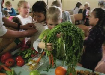 Vorschulkinder des Kindergartens Waldblick 2 erfahren, warum Obst und Gemüse so wichtig sind.
