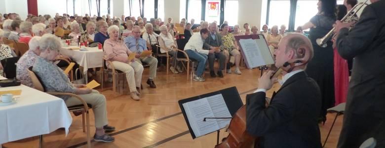 """185 Gäste musizieren gemeinsam mit den Künstlern von """"Musik am Nachmittag"""" im Rathaus Halberstadt und singen zusammen das deutsche Volkslied """"Die Gedanken sind frei"""". [(c) Ute Huch]"""