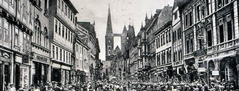 1917, Halberstadt, Breiter Weg, Soldaten ziehen an die Front [(c) Archiv Städtisches Museum Halberstadt]