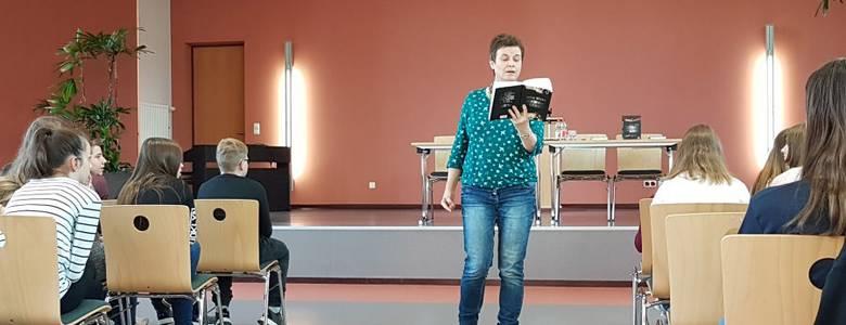 Jutta Wilke in der Gröpertorschule [(c) Kreisvolkshochschule Harz]