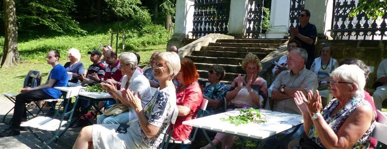 Publikum beim Poetenwettstreit 2018 an dem idyllischen Platz vor dem Spiegel-Mausoleum in den Halberstädter Bergen [(c) Stadt Halberstadt]
